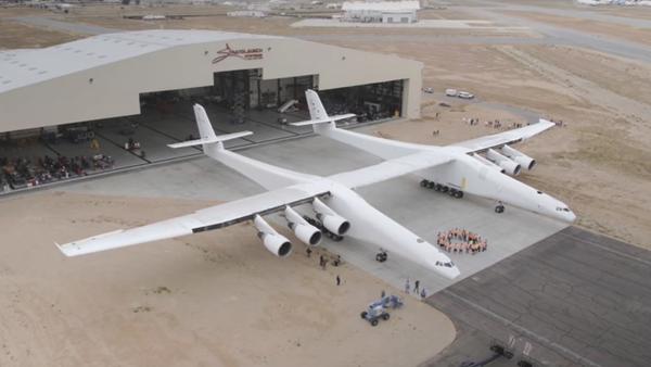 V USA vyvezli z hangáru největší letadlo na světě - Sputnik Česká republika