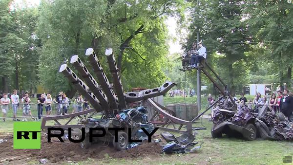 Obrovská robo-ruka The Hand of Man demoluje auta - Sputnik Česká republika