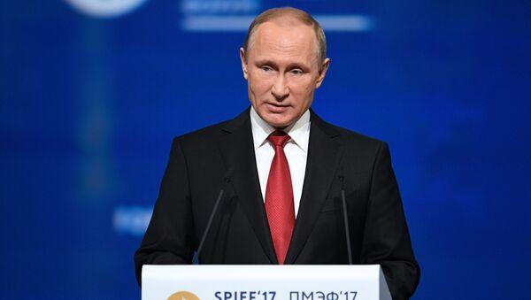 Ruský prezident Vladimir Putin vystupuje na PMEF 2017 - Sputnik Česká republika