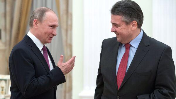 Ruský prezident Vladimir Putin a bývalý německý ministr zahraničí Sigmar Gabriel - Sputnik Česká republika
