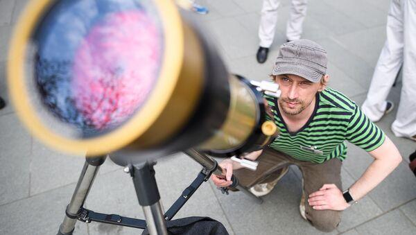 Muž se dívá na Merkur - Sputnik Česká republika