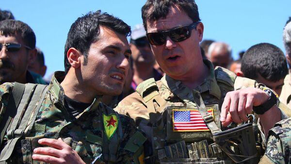 Kurd a americký důstojník v Sýrii - Sputnik Česká republika