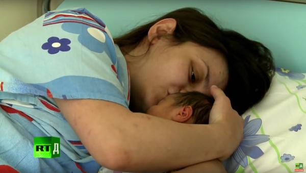 Novorozené Rusko. Přírozený porod za každou cenu (5. dil) - Sputnik Česká republika