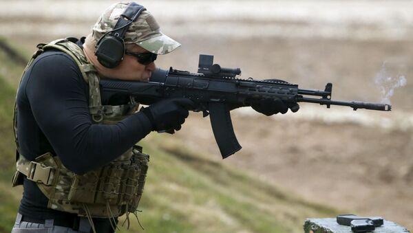 Voják střílí z AK-12 - Sputnik Česká republika