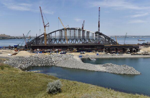 Ukončení montáže oblouku pro plavbu lodí železniční části Kerčského mostu na Krymu - Sputnik Česká republika