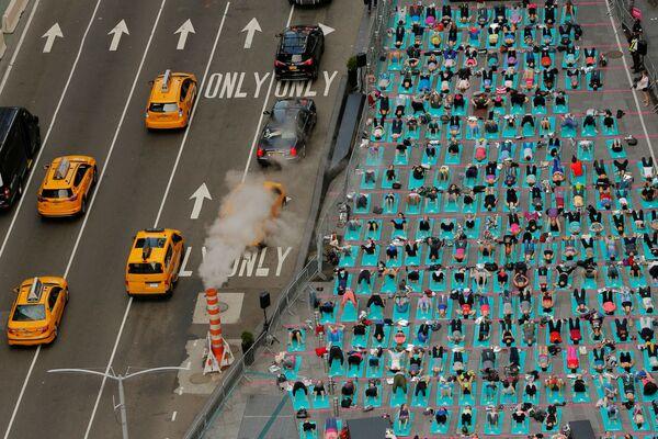 Jóga na každoročním flash mobu na Times Square v New Yorku - Sputnik Česká republika