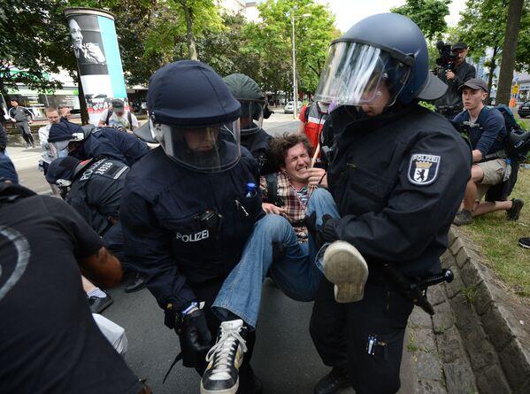Policie zadržuje účastníky akce proti migrantům v Berlíně - Sputnik Česká republika