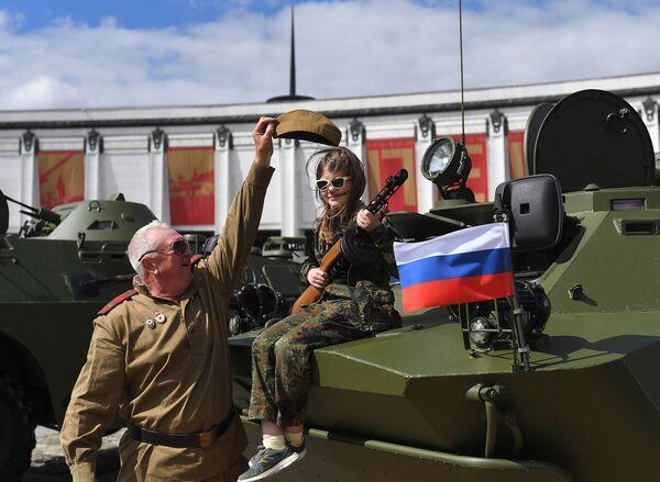 Účastníci soutěže obrněné techniky Cesta statečných na Poklonné hoře v Moskvě před startem - Sputnik Česká republika