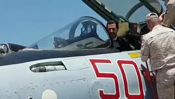 Asad si vyzkoušel roli pilota Su-35 na základně Hmeimim - Sputnik Česká republika