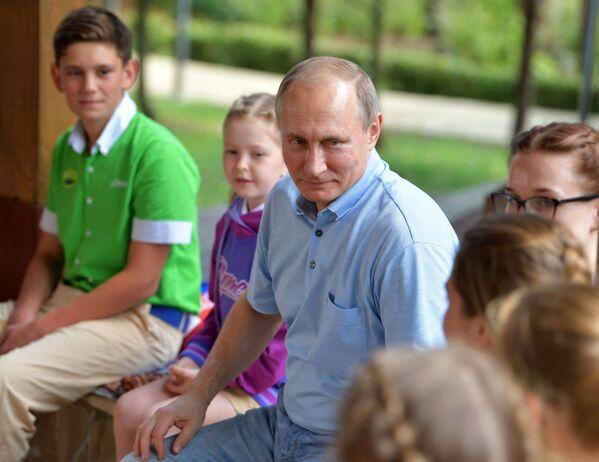 Prezident RF Vladimir Putin v mezinárodním dětském táboru Artek - Sputnik Česká republika