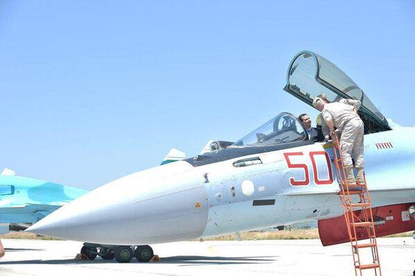 Syrský prezident Bašár Asad během návštěvy letecké základny ruského letectva v Hmeimimu - Sputnik Česká republika