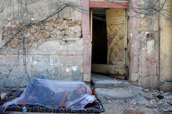 Irácký policista si odpočívá v Starém městě, Mosul - Sputnik Česká republika