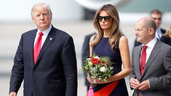 Americký prezident Donald Trump s manželkou v Hamburku - Sputnik Česká republika