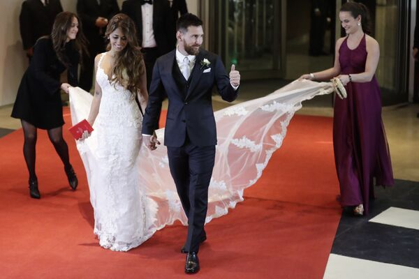 Lionel Messi a jeho nevěsta Antonella Roccuzzová během civilního obřadu v Rosariu, Argentina - Sputnik Česká republika