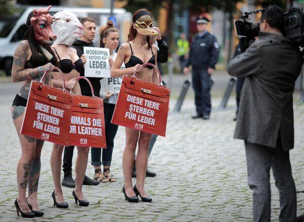 Dívky protestují proti používání kůže v módě, Berlín - Sputnik Česká republika