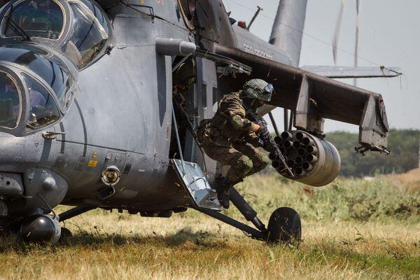 Cvičně-tréninkové lety vrtulníku Mi-35M v Krasnodarském kraji - Sputnik Česká republika