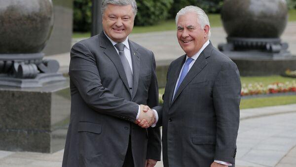 Ukrajinský prezident Petro Porošenko a americký ministr zahraničích věcí Rex Tillerson - Sputnik Česká republika