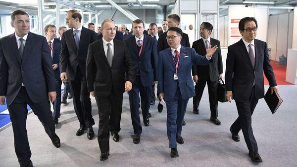 Ruský prezident Vladimir Putin navštívil pavilony mezinárodní průmyslové výstavy Innoprom 2017 - Sputnik Česká republika