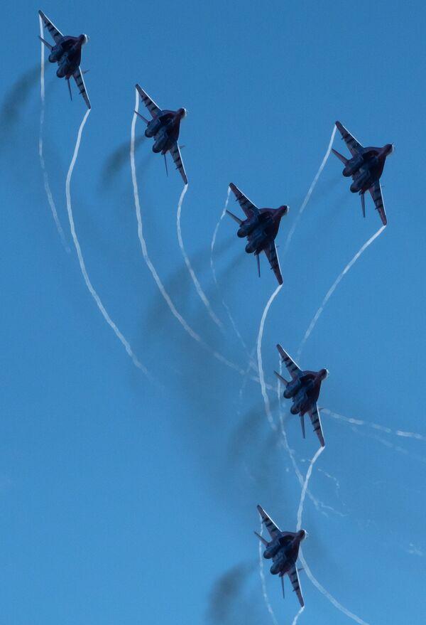 Vyvrcholením oslav bylo vystoupení letecké skupiny Striži - Sputnik Česká republika