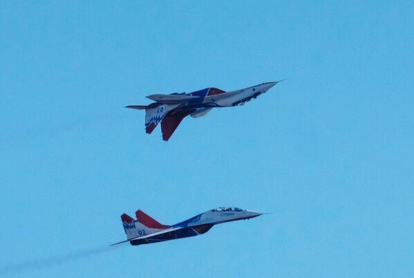 Víceúčelové stíhačky Mig-29 akrobatické skupiny Striži na oslavách 105. výročí Vzdušně-kosmických sil Ruské federace v Petrohradu - Sputnik Česká republika