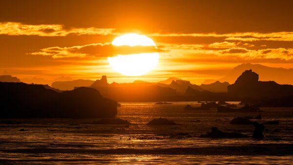Západ slunce nad úžinou Lemaire v Antarktidě - Sputnik Česká republika