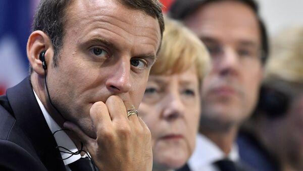 Macron a Merkelová vystupují v Paříži - Sputnik Česká republika