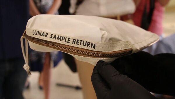 V aukci bude vydražena taška Neila Armstronga s měsíčním prachem - Sputnik Česká republika