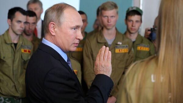 Ruský prezident Vladimir Putin na setkání se zaměstnanci Lebedinského těžebního a úpravárenského kombinátu - Sputnik Česká republika