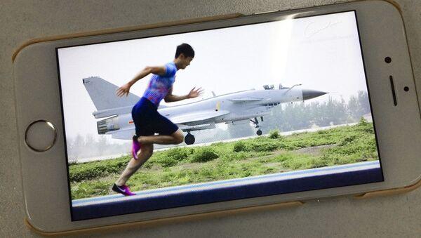Lehký atlet z Číny Zhang Peimeng předběhl proudovou stíhačku FTC-2000 - Sputnik Česká republika