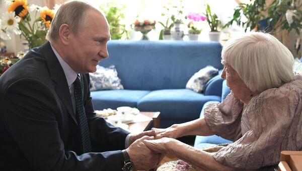Ochránkyně lidských práv Ljudmila Alexejevová a ruský prezident Vladimir Putin - Sputnik Česká republika