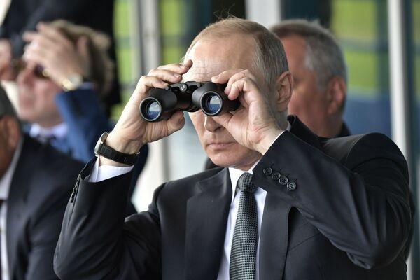 Prezident RF Vladimir Putin sleduje vystoupení akrobatických leteckých skupin během návštěvy 13. Mezinárodní letecké výstavy MAKS 2017 - Sputnik Česká republika