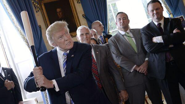 Prezident USA Donald Trump s baseballovou pálkou v Bílém domě ve Washingtonu - Sputnik Česká republika
