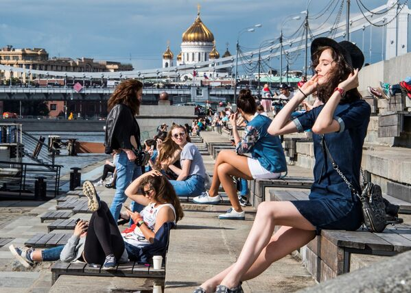 Dívky na břehu řeky Moskvy v Centrálním Gorkého parku v Moskvě - Sputnik Česká republika