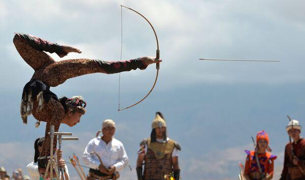Kirgizská gymnastka střílí z luku nohama na Etnickém festivalu na břehu jezera Issyk-Kul - Sputnik Česká republika