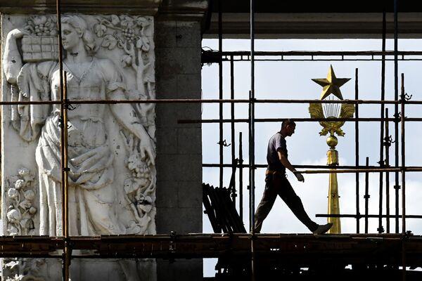 Dělník na lešení u hlavního vchodu do areálu Výstavy úspěchů národního hospodářství, Moskva - Sputnik Česká republika