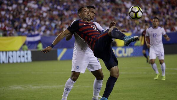 Игроки команды США Clint Dempsey и команды Сальвадора Henry Romero во время матча - Sputnik Česká republika