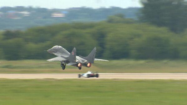Auto Formule 1 vs. MiG-29 - Sputnik Česká republika