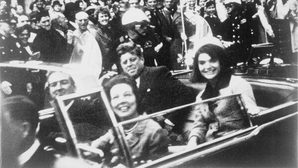 John Kennedy a jeho choť Jacqueline v den vraždy prezidenta - Sputnik Česká republika