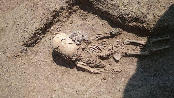Hrob nemluvněte se silně deformovanou lebkou v Kerči - Sputnik Česká republika