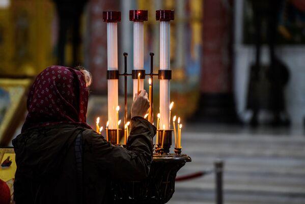 Svíčky věřících v Chrámu svatého Mikuláše v Kronštadtu - Sputnik Česká republika