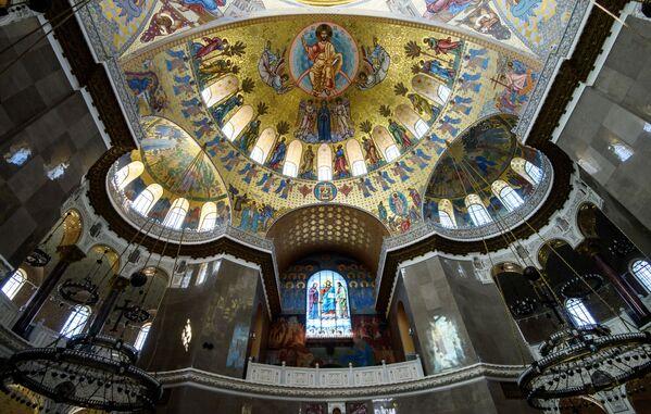 Centrální kupole chrámu má diametr 27 metrů a je ozdobena malbou a 218 lampami - Sputnik Česká republika