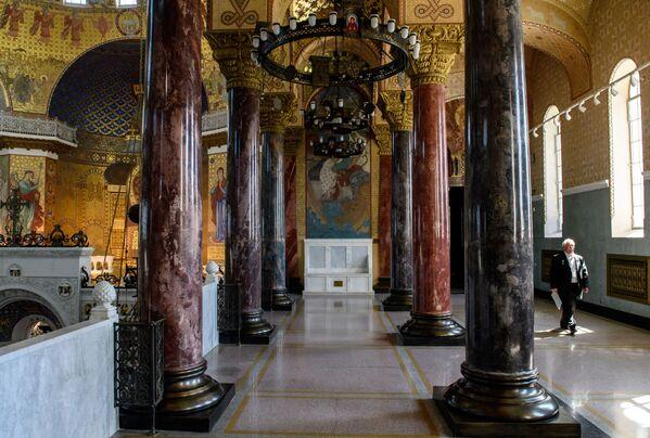 Galerie chrámu jsou vyzdobeny sloupy z umělého mramoru - Sputnik Česká republika