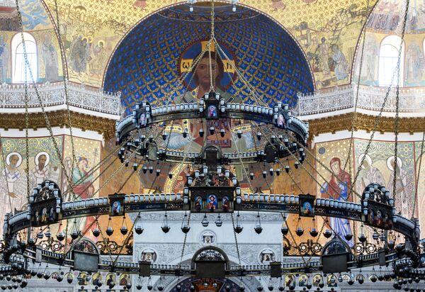 Zvláštní lehkost a vzdušnost interiéru chrámu dodávají pozlacené dekorace a kupole s vysokými okny, skrze která sem proniká slunce - Sputnik Česká republika