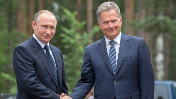 Ruský prezident Vladimir Putin se svým finským kolegou Saulim Niinistöm - Sputnik Česká republika