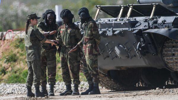 Zimbabwští vojáci během tankového biatlonu v Alabinu - Sputnik Česká republika