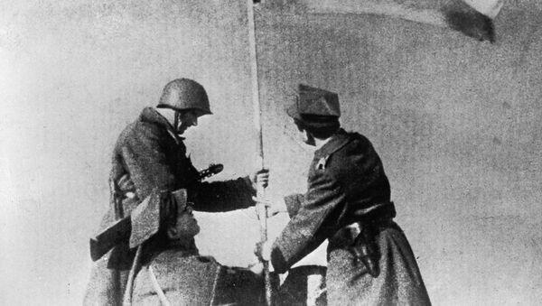 Sovětský a polský voják během vztyčování vlajky. 1945. - Sputnik Česká republika