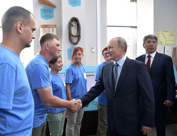 Ruský prezident Vladimir Putin během setkání s dobrovolníky společenské organizace Bolšaja Bajkalskaja tropa v Bajkalské státní přírodní rezervaci - Sputnik Česká republika