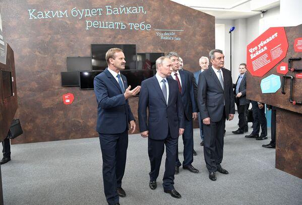 Prezident na výstavě Člověk na Bajkalu, která je věnována historii Bajkalu a ekologickým problémům - Sputnik Česká republika