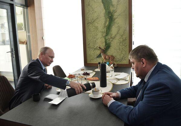 Prezident během setkání se starostou města Čeremchovo Vadimem Semjonovem - Sputnik Česká republika