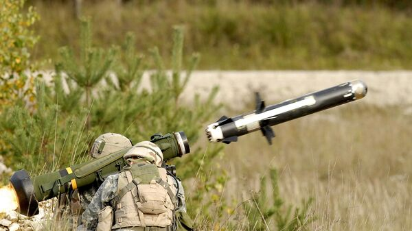 Američtí vojáci pálí z přenosného protitankového raketového kompletu FGM-148 Javelin - Sputnik Česká republika